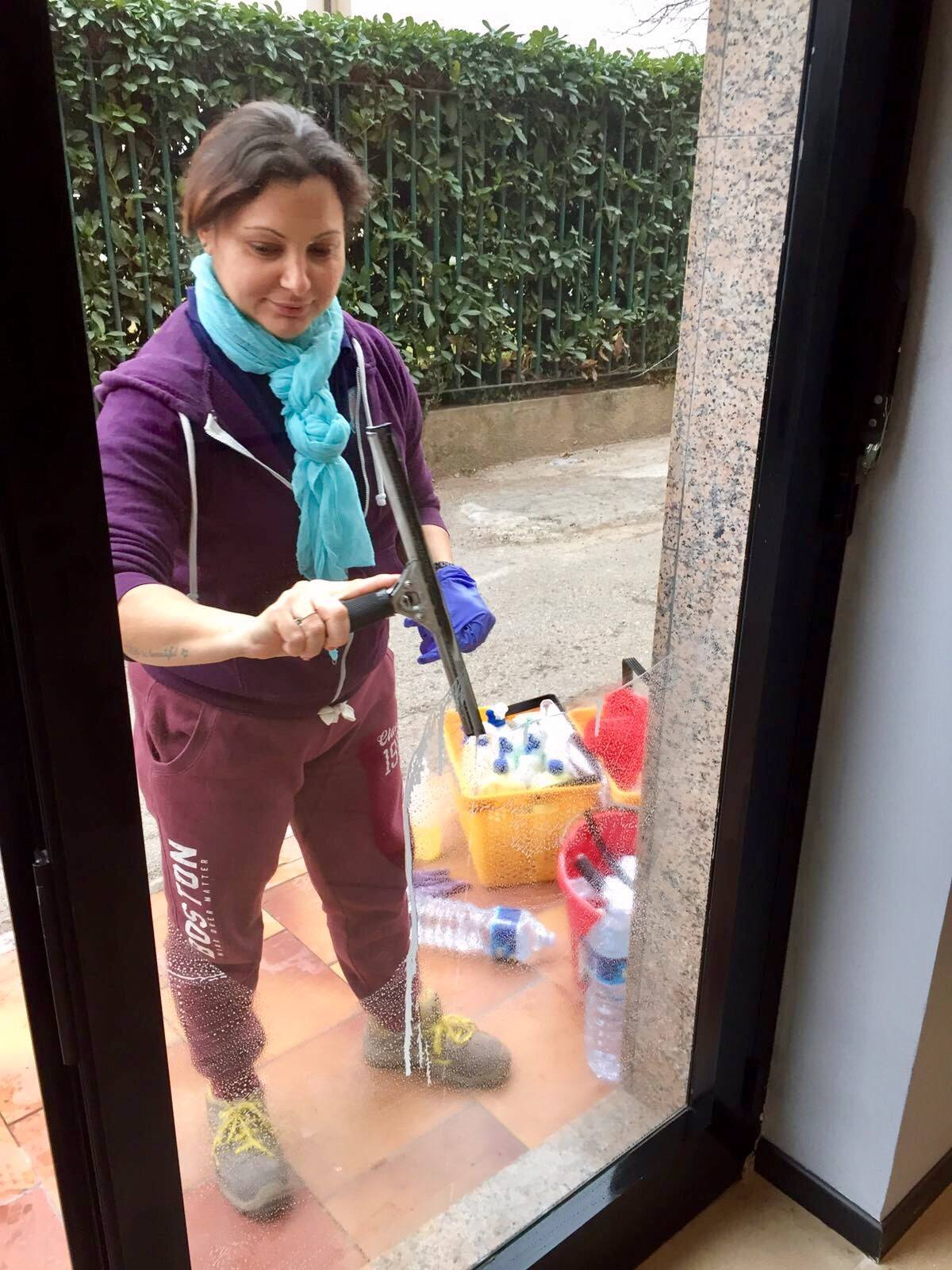 pulizia vetri negozio ufficio